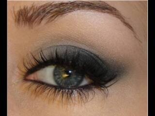 Taylor Swift  Makeup: Soft Smokey Cat-Eye